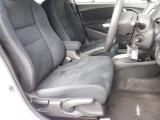 運転席側には、座席の高さ調節が出来るシートリフター付です。