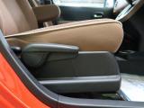 【ブラウンファブリックシート】運転席も広々としています。長距離運転をする際は疲れの軽減ができ快適に運転できることができるでしょう^^