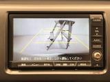バックドアに設置したカメラが、車両後方映像をとらえナビ画面に映し出します!