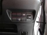 意図せずに走行車線から逸脱しそうな場合、メーター内のディスプレイ表示とブザーで注意喚起します。