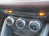 余計な操作の手間が無いオートエアコン。視線の移動や手を動かす必要がないということは、安全装備のひとつとも言えるでしょう。フロントシートにはシートヒーターを装備しています。ハンドルヒーターも搭載◎