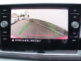 ギヤをリバースに入れると、リヤエンブレムに内蔵されたカメラが後方の映像を映し出します。車庫入れ時などに後方視界を画面で補助します。
