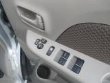 窓ガラスはパワーウインドスイッチにて操作できます。こちらの車両の詳細は当店中古車スタッフへお願いいたします。