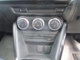 オートエアコン機能で快適な車内空間を保ちます。ボタンも大きく操作しやすいです。運転席、助手席にはシートヒータ^付きで寒い日も快適です。