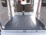 後席を折りたたむととっても広い荷室になります!荷物もしっかり積み込めますよ!