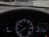 車速やナビゲーションのルート誘導など走行時に必要な情報をフロントガラスに表示。情報はドライバーの約1.5m前方に焦点を結んで見える為、道路と情報表示との視線移動を最小限に出来ます。
