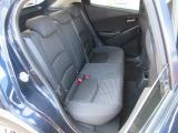 フロントシートの背面をえぐった形状とするといった居住空間を広くする工夫がなされています。