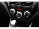 左右独立温度調整機能付きフルオートエアコン。乗る人それぞれの体調や温感の違いに合わせて、運転席・助手席で別々の温度設定が可能。