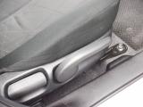 運転席にはシートの高さが調節できるシートリフターが付いています。