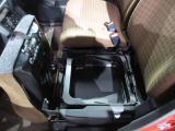 助手席シートの下には収納もあります☆