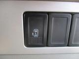 ワンタッチ操作で開閉可能な電動スライドドアも付いてます。