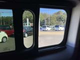 スライドドアには小窓が付いてるので、車内の換気も出来ますよ!