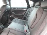 リアシート 後部座席には全席3点固定式のシートベルトを完備。さらにはサイドエアバッグ・カーテンエアバッグを標準装備!!大切な家族の安全を守ります。