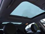 プレミアムPKGの一つのサンルーフは開放的な車内を演出。