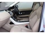 ランドローバー独自のドライビングポジションは前方を視認しやすく、快適に運転ができます。