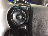 ハンドルにステアリングリモコンがございます。視点を移さず、左手をハンドルから離す事なく放送局選びや曲飛ばし、ボリューム調整やモード切替が簡単にできるので運転に集中でき安全です。
