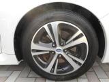 純正17インチアルミホイール装着!鉄ホイールと違って軽いので燃費にも影響してきます。 タイヤサイズ(215/50R17)♪