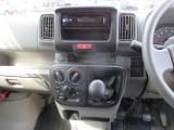 エアコン機能で快適な車内空間を保ちます。ボタンも大きく操作しやすいですよ。5MT車です。