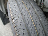 タイヤの溝まだまだあります。タイヤサイズは145/80R12