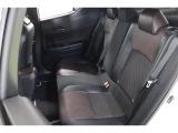 運転席と助手席の余裕に比べ、大柄の人には若干狭く感じる後部座席ですが、6:4分割シートで好きな分だけ倒せます。