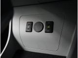 【快適温熱シート】運転席のHighとLowの2段階に温度調節の操作が可能なため、座る人と室内温度にあわせた快適なシート温度が得られます♪