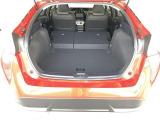≪ラゲッジスペース≫ 広さと使い勝手が気になるラゲッジスペース!後部座席のシートを倒せば、長さのある荷物も積むことができます!利用シーンに応じて様々なアレンジが可能ですよ!