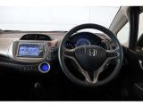 ステアリングから手を離さずにオーディオの操作ができる『オーディオリモートコントロールスイッチ』を装備しており、運転中でも簡単にオーディオの操作が可能です。
