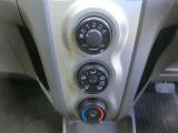 操作がしやすいダイヤル式のマニュアルエアコンを装備しています。