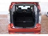 リアシートを両側とも倒すことによって、より広い荷室に!大きな荷物も積載可能です。