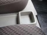 運転席&助手席間には収納スペースもございます。