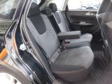 リアシートは、シートの座面を長くし、ゆとりある着座姿勢を保てるようにシートバックの角度を最適化したシートを設定。大型アームレスト付で、ゆったりくつろぐことが出来ます。