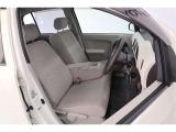 フロントシートは、ソファのように仲良く並んで座れるベンチシート。フィット感とホールド感もよく、正しい運転姿勢をしっかりとサポートしてくれるため、快適なドライブを楽しめます◎