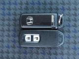 スマートキー☆キーを持っているだけでドアハンドル横のボタンを押すとドアの施錠・開錠が行なえます。そのまま車内にキーがあればエンジンを掛けることも出来、とても便利です。