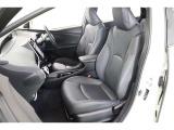 立体的なシートは、上質感のある合成皮革です。汚れてもサッと拭き取れて便利ですよ。運転席と助手席には寒い時期に嬉しいヒーター機能付きです。