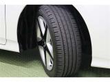タイヤサイズ 215/45R17 スタイリッシュなデザインの純正アルミホイールを装着しています。