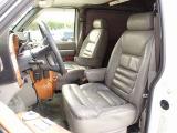 スタークラフト刺繍入り専用レザーシート。運転席・助手席・サードシートは電動にて調製可能なパワーシート付。各シートに切れなども御座いませんのでご遠方のお客様もご安心してご検討下さいませ。