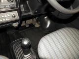 手が届きやすく、操作しやすいフロアシフト☆5速マニュアル車です!