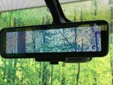 【スマートルームミラー】ルームミラーに液晶モニターを搭載し、車体後部のカメラ映像とミラーとを瞬時に切り替えることができる世界初の技術。これで大人数や大荷物を積載しても安心!!
