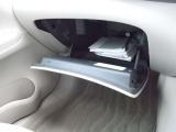 車検証ブックや小物などが収納できます。