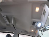 サンバイザーには、バニティーミラー付いてます。照明も付いていて便利です。