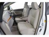 ぽってりと厚みのあるシートは通気性が良く蒸れにくいモケット。滑りにくく身体にフィットするのでロングドライブでも疲れにくいですよ。運転席、助手席間はしっかりスペースがあるので後部座席への移動も楽です。