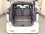リアシートの背もたれを前方に倒して、シートを前方にスライドさせれば、さらに荷室を広げられます。段差も少なく荷物の出し入れもしやすくなっています。