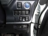 【プッシュ式エンジンスタート】エンジンを始動させるのは、ブレーキを踏んでこのボタンを押すだけ。キーを差す必要もキーを回す必要もありません。カバンに入れたままでエンジンがかかりますよ。