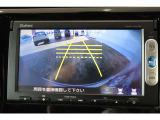 バックカメラ装備でシフトレバーをバックに入れるだけで、自動的にバックモニターに切り替ります。ガイドライン付で距離感もつかめて車庫入れも安心。目視での確認もお願いいたします。