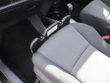 助手席に載せたバッグ等がブレーキ時に滑り落ちるのを予防するガードがついています。使いたいときにサッとセットできます。