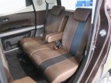 ゆったりと座れるリヤシートは、便利な分割シートで乗車人数・荷物の量によりアレンジ可能です。