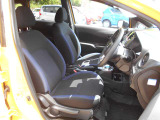 運転席&助手席   運転席にはシートリフター(高さ調整機能)付きなので身長に関係なく運転しやすいポジションがとれます。シートはサイド部がブルーです。
