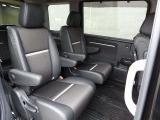 後ろの席は足元が広くゆったり座れます。長く座っていても疲れないリラックスできるシートがいいですよね。