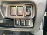 ヘッドライトのロー/ハイビームを周囲の状況によって自動で切り替えるハイビームアシスト、運転席シートヒーター、横滑り防止装置、自動被害軽減ブレーキの操作スイッチ☆