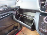 車検証入れに便利な収納BOXあります。